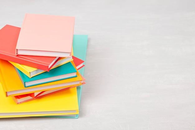 Mucchio di libri sul tavolo. tempo libero, lettura, concetto di studio