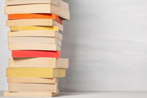 Mucchio di libri tascabili.