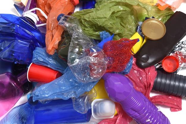 Mucchio di materie plastiche su sfondo bianco