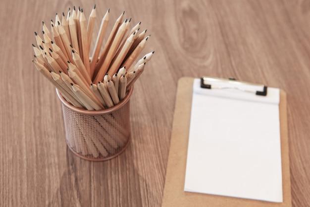 Mucchio di matite e carta
