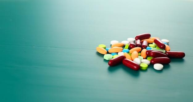 Mucchio di medicina su sfondo verde