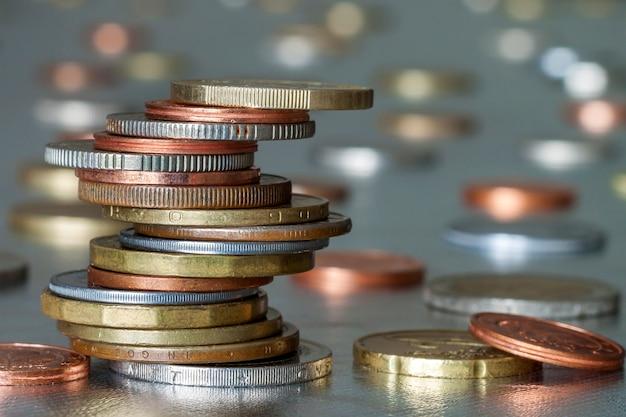 Mucchio di monete lucenti di diverse dimensioni e colori