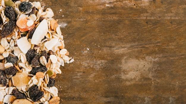 Mucchio di muesli sul ripiano del tavolo in legno
