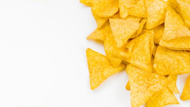 Mucchio di nachos su sfondo bianco
