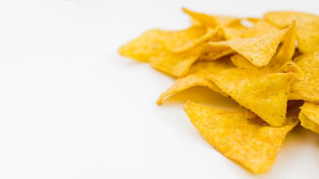 Mucchio di nachos sul tavolo bianco