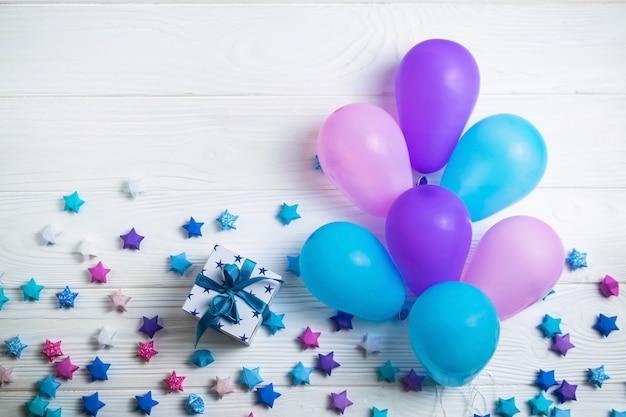 Mucchio di palloncini colorati per la festa di compleanno. stile piatto laico