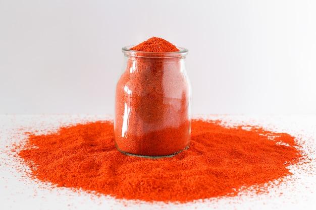 Mucchio di paprica rossa isolato su sfondo bianco