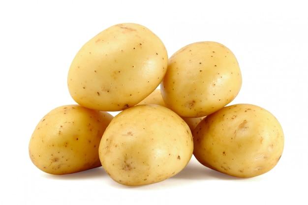 Mucchio di patate fresche isolato su bianco