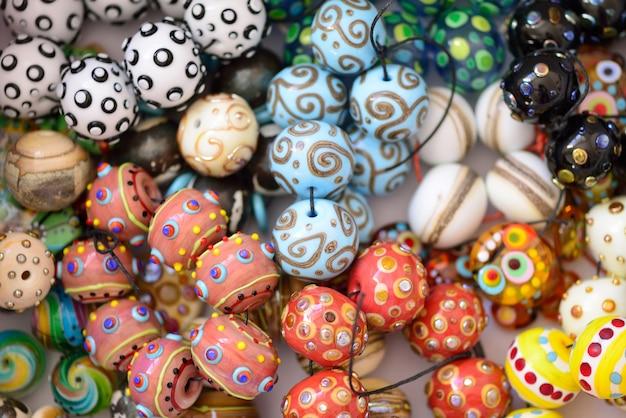 Mucchio di perle di vetro di diversi colori