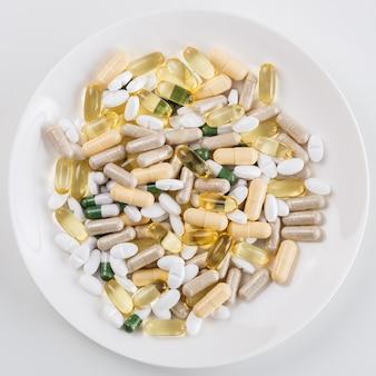 Mucchio di pillole sul piatto