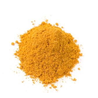 Mucchio di polvere di curry luminosa isolata su fondo bianco