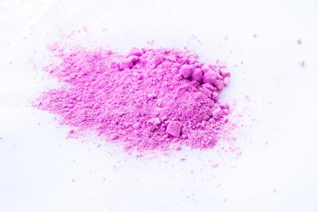 Mucchio di polvere rosa isolato su sfondo bianco.