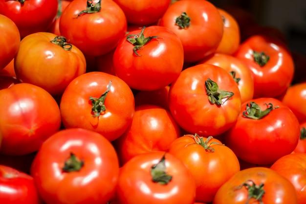 Mucchio di pomodori freschi e deliziosi