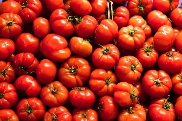 Mucchio di pomodori rossi di vista superiore