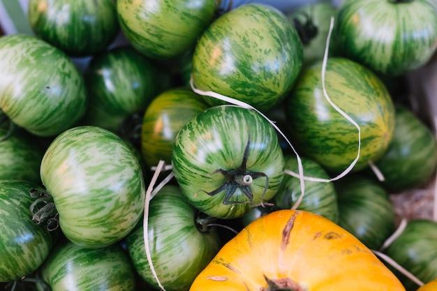 Mucchio di pomodori zebra verdi freschi e deliziosi