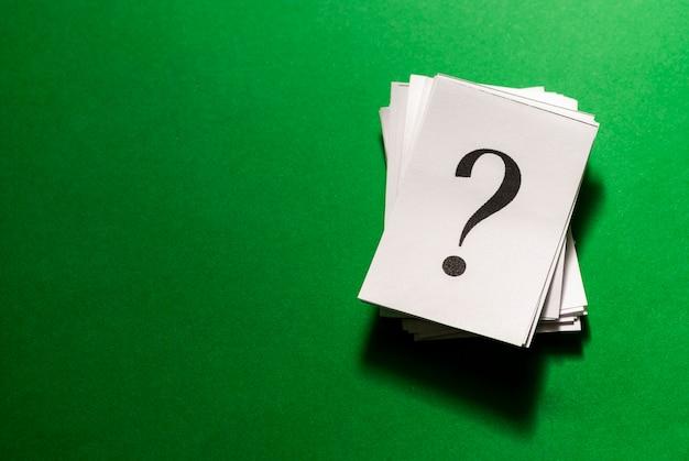 Mucchio di punti interrogativi impilati stampati su carta