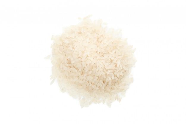 Mucchio di riso isolato su superficie bianca
