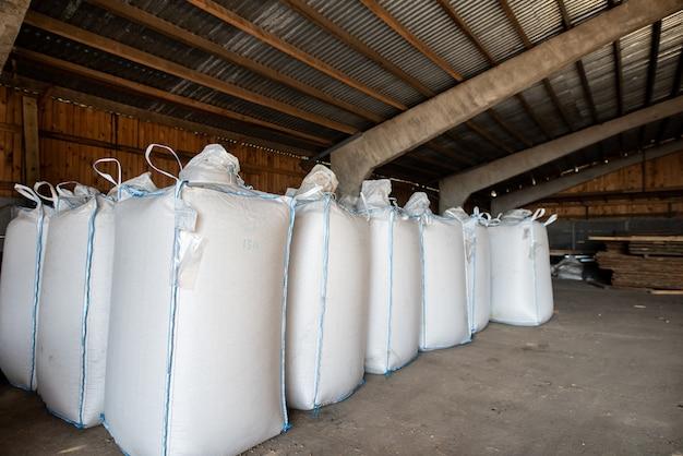 Mucchio di sacchetto di plastica con pellet di legno