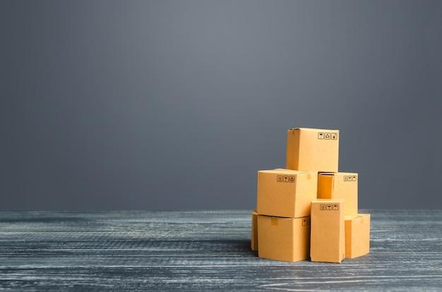 Mucchio di scatole di cartone. produzione beni e prodotti, distribuzione e scambio merci