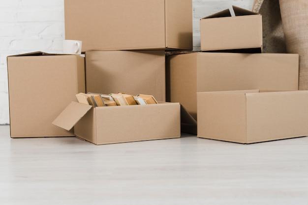 Mucchio di scatole di cartone sul pavimento bianco