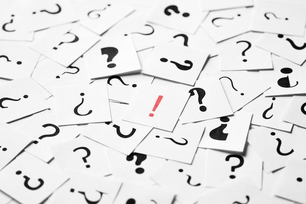 Mucchio di segni di punto interrogativo sparsi