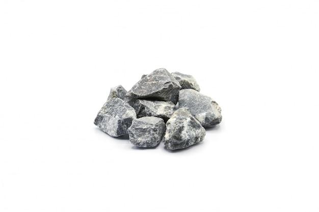 Mucchio di una roccia gey isolata su fondo bianco
