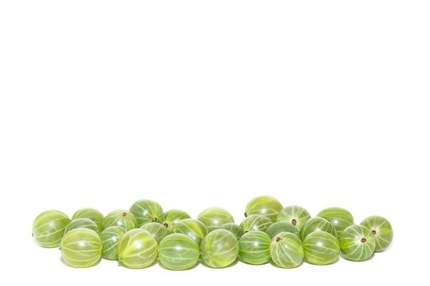 Mucchio di uva spina fresca isolato su bianco