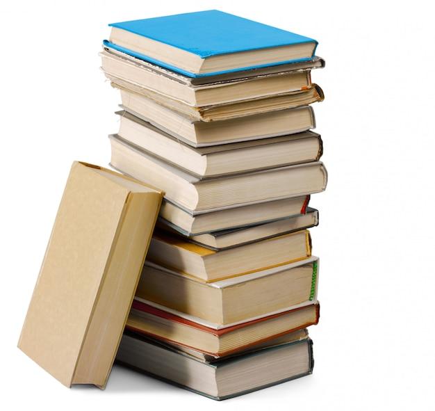 Mucchio di vecchi libri isolati su bianco