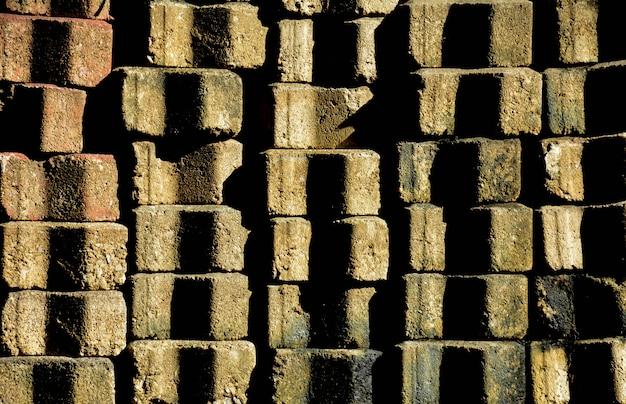 Mucchio di vecchi mattoni di cemento per marciapiede