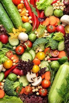 Mucchio di verdure fresche sullo sfondo