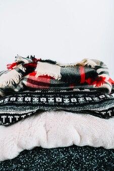 Mucchio di vestiti caldi a maglia