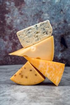 Mucchio saporito del primo piano della selezione del formaggio
