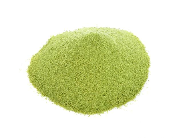 Mucchio verde della polvere isolato su fondo bianco