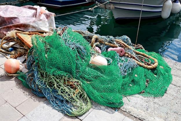 Mucchio verde di rete da pesca commerciale