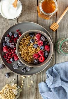 Muesli con frutti di bosco, yogurt e miele.