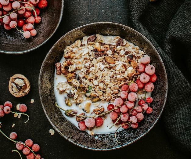 Muesli con latte di soia e ribes rosso