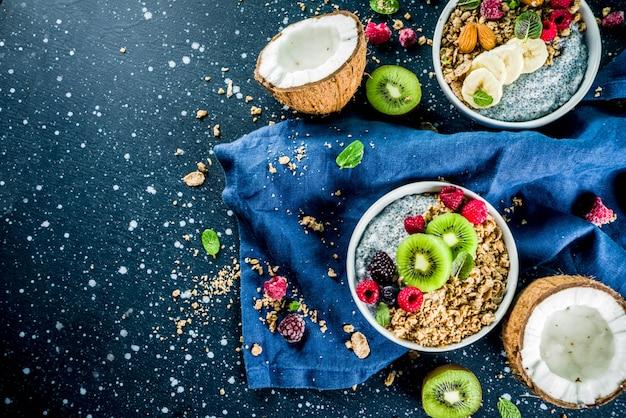 Muesli con semi di chia yogurt, frutta fresca e frutti di bosco