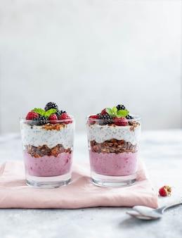 Muesli con yogurt chia e bacche fresche su uno sfondo chiaro
