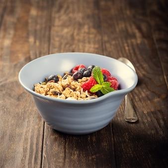 Muesli d'avena con frutti di bosco e yogurt