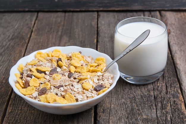 Muesli e latte alimentari dietetici. cibo dieta sana.