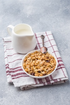 Muesli e latte cotti prima colazione sana su un tovagliolo.