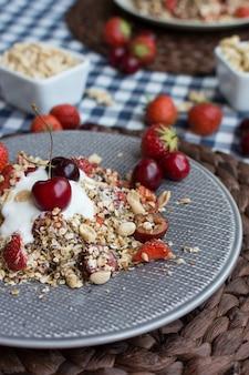 Muesli fatto in casa con ciliegie e yogurt