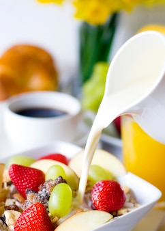 Muesli per la colazione, caffè nero e succo d'arancia sul lato.