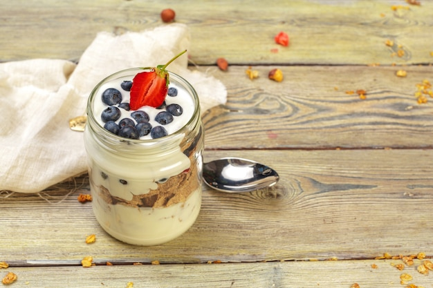 Muesli, yogurt e fragole in barattoli