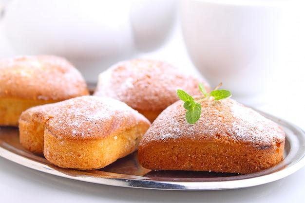 Muffin a forma di cuore con zucchero a velo