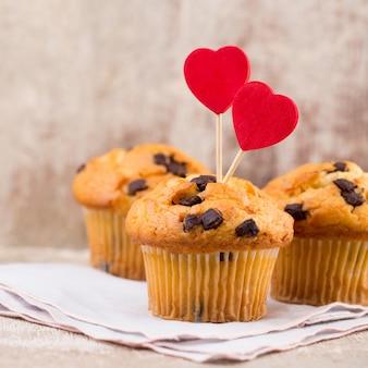 Muffin al cioccolato con sfondo vintage cuore, fuoco selettivo.