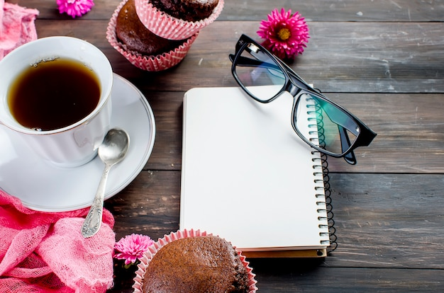 Muffin al cioccolato e una tazza di caffè