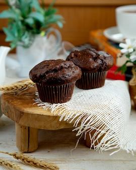 Muffin al cioccolato e una tazza di tè nero