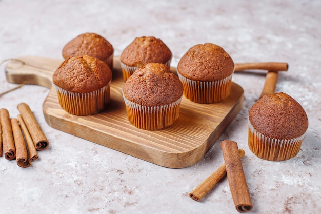 Muffin al cioccolato su sfondo marrone chiaro, messa a fuoco selettiva.