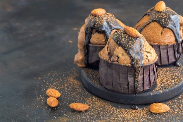 Muffin al cioccolato su uno sfondo scuro.